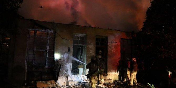 Kadıköy'de yangın! 4 bina kül oldu