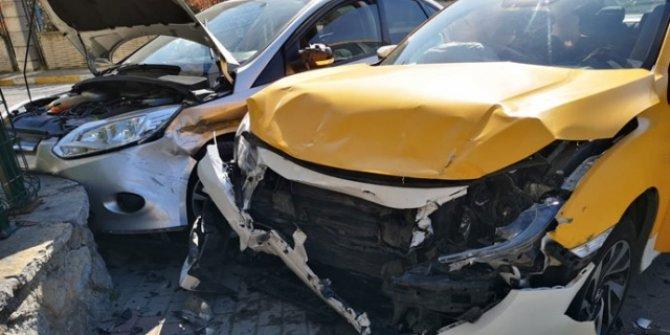 Pendik'te taksi ile otomobil çarpıştı