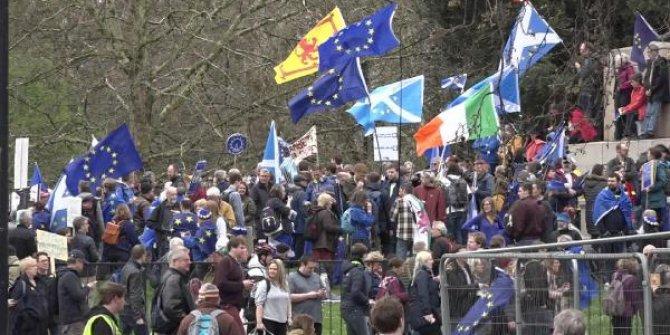İngiltere'de''Brexit'i halka bırakın'' yürüyüşü