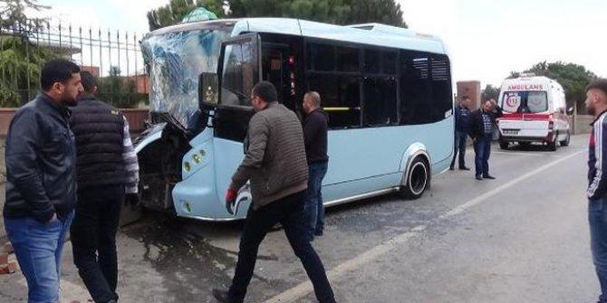 Maltepe'de yolcu minibüsü duvara çarptı