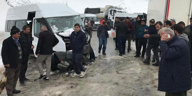 Yolcu minibüsü ile kamyonet çarpıştı: 12 yaralı