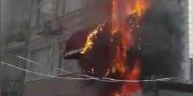 Fatih'te iş yerinde çıkan yangın binayı sardı