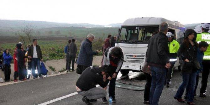 Öğrenci servisi kamyona çarptı
