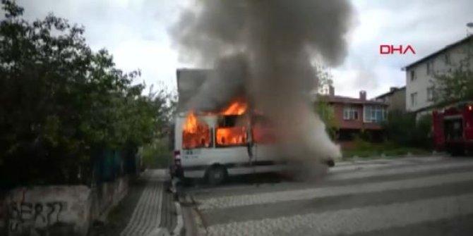 Park halinde bulunan iki servis aracı ile bir otomobilde yangın