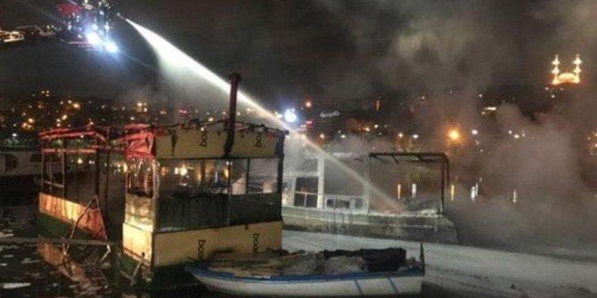 Haliç'te iki tekne alev alev yandı
