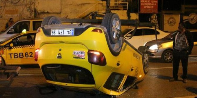 Beyoğlu'nda taksi iki araca çarptıktan sonra takla attı