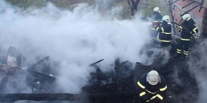 Sinop'ta tek katlı ahşap ev yandı