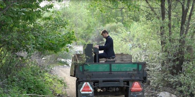 Dünyaca ünlü piyanist konser alanına traktörle gitti