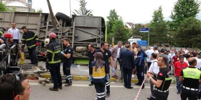İzmit'te halk otobüsü devrildi