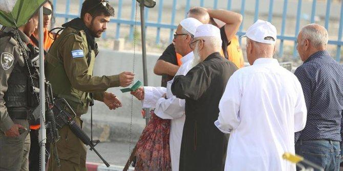 Filistinliler cuma namazı için Mescid-i Aksa'ya akın ediyor