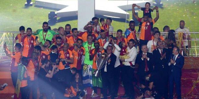 Galatasaray kupayı kaldırdı!