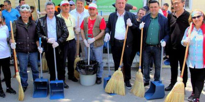 Belediye Başkanı vatandaşlarla birlikte sokakları süpürdü