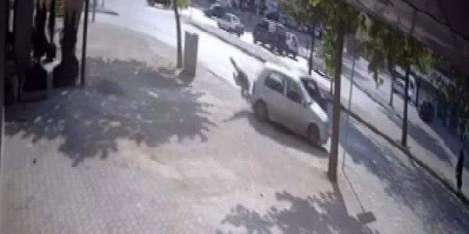 Drift yaparken, kaldırımdaki yayaya çarpan ehliyetsiz sürücü serbest kaldı