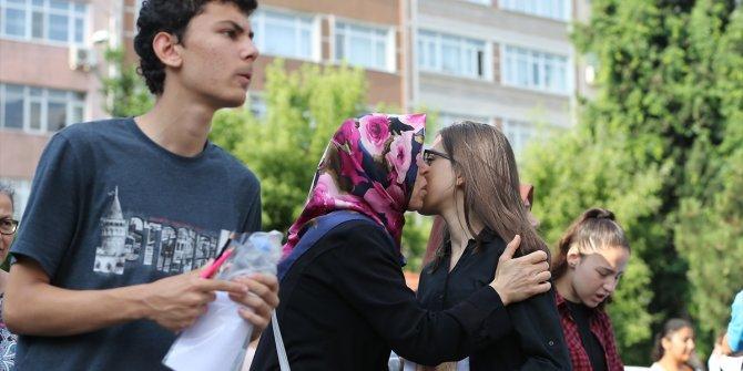 Öğrenciler LGS'de veliler okul bahçelerinde ter döktü