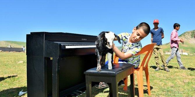 İlk konserini köyde verdi