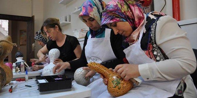 Su kabağı, kadınların elinde sanat eseri oluyor