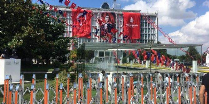İBB'ye Atatürk posterleri yeniden asıldı!