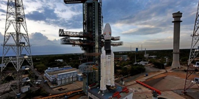 Hindistan, Ay görevini kalkışa 56 dakika kala durdurdu