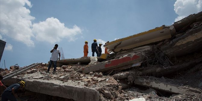 Hindistan'da bina çöktü: 14 ölü
