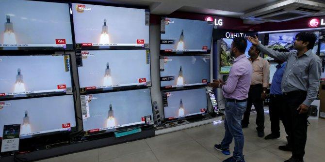 Hindistan: Ay'da su arayacak uzay aracı başarılı bir şekilde fırlatıldı