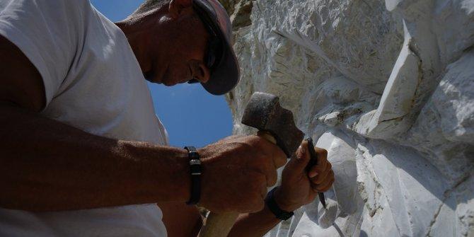 Emekli astsubay dokunduğunu sanat eserine dönüştürüyor