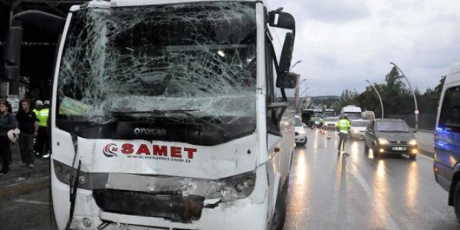 Polis servis aracı, yolcu otobüsüne çarptı