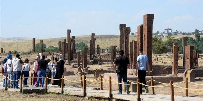 Ahlat'taki Selçuklu Meydan Mezarlığı'na ziyaretçi akını