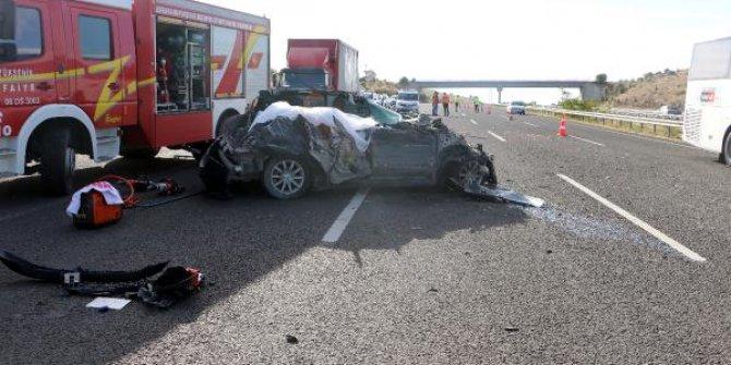 Otomobil TIR'a çarptı: 3 ölü, 3 yaralı