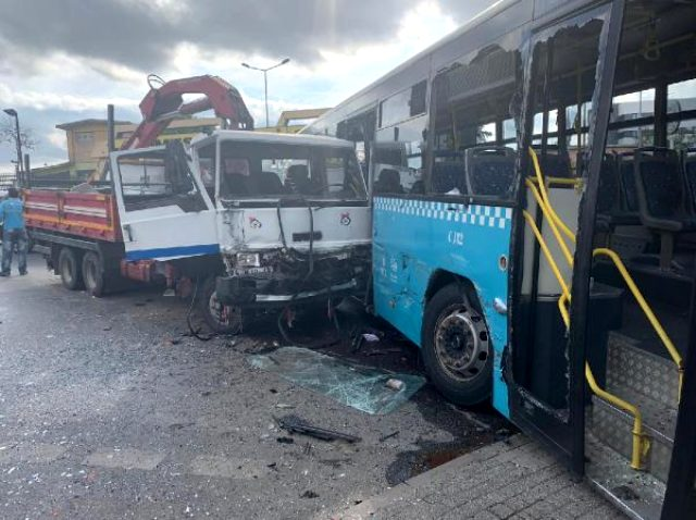 Freni boşalan kamyon İETT otobüsüne çarptı!