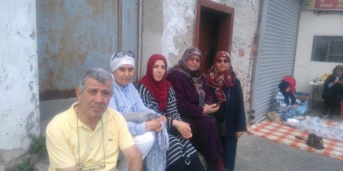 Askeri öğrencilerin aileleri AKP binası önünde toplanıyor!