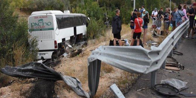 Turistleri taşıyan otobüs şarampole devrildi