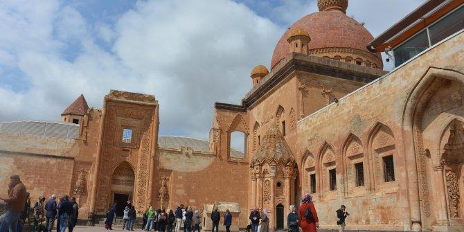 İshakpaşa Sarayı'na turistlerden yoğun ilgi!