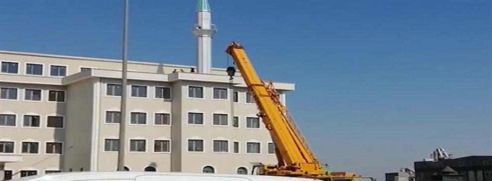 Okul çatısındaki minare kaldırıldı