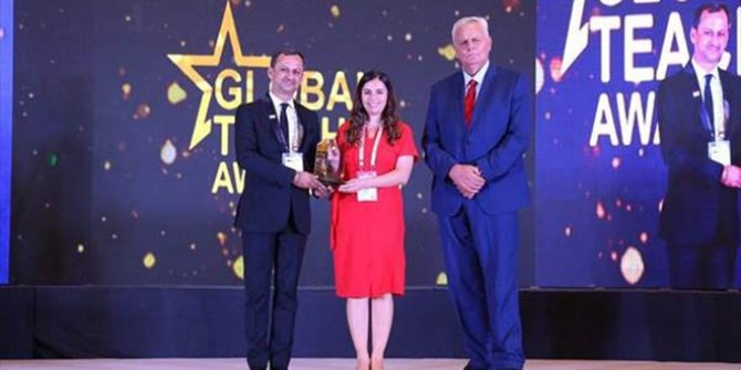 Nurten öğretmen 'Küresel Öğretmen' ödülünü aldı