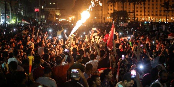 Mısır'da halk sokaklara döküldü!