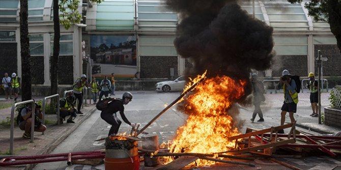 Hong Kong'da gösteriler sürüyor: Çin bayrağını yaktılar!