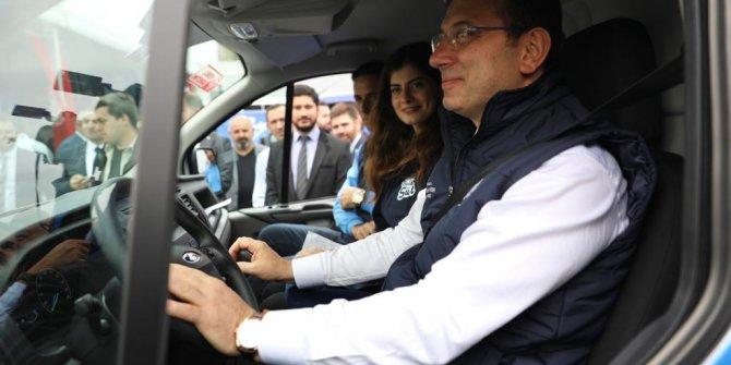 İBB Başkanı Ekrem İmamoğlu süt dağıttı