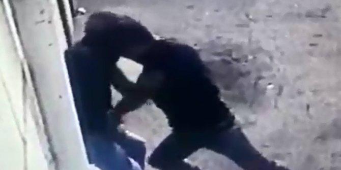 Engelliyi dövüp, parasını gasbetti