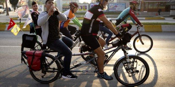 Pedal çeviren müzisyenlerin melodileri eşliğinde bisiklet turu