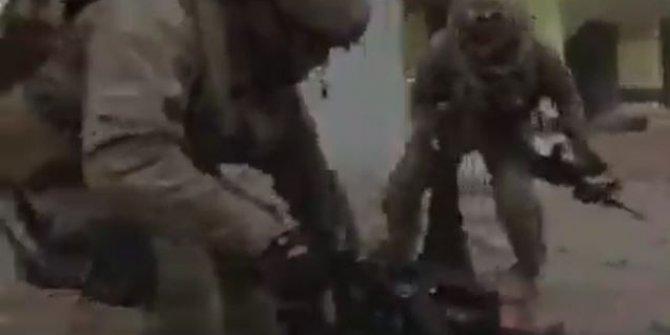 Çatışma sırasında yaralı asker böyle taşındı