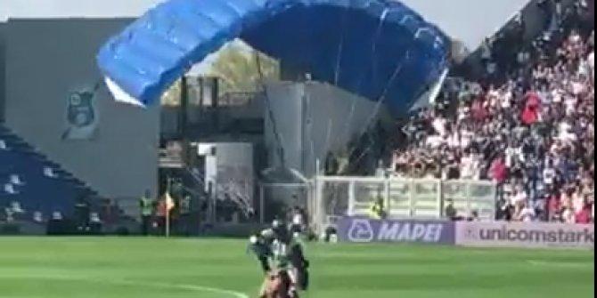 Maçın ortasına paraşütle indi!
