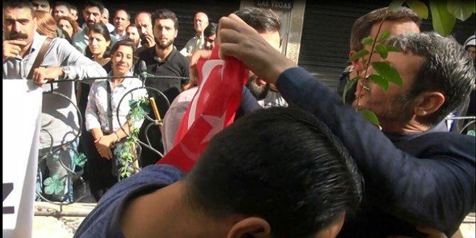 Harekata karşı  basın açıklamasına Türk bayraklı tepki