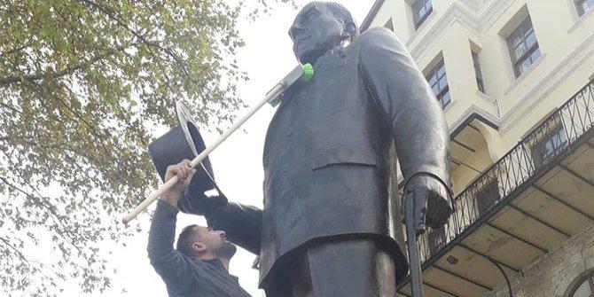 Atatürk heykelini kirli gören vatandaş, heykeli temizledi