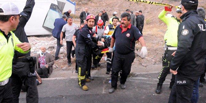 İşçileri taşıyan midibüs devrildi: 20 yaralı