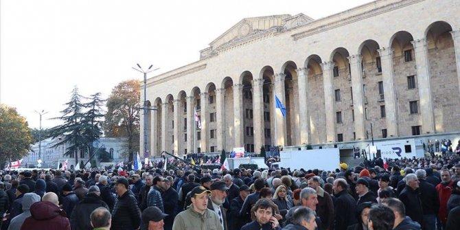 Binlercesi parlamento binasını kuşattı