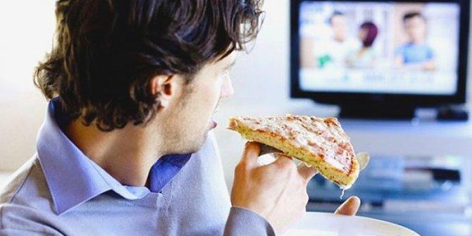 Ekran başında geçirilen zaman şeker ve kafein isteğini artırıyor