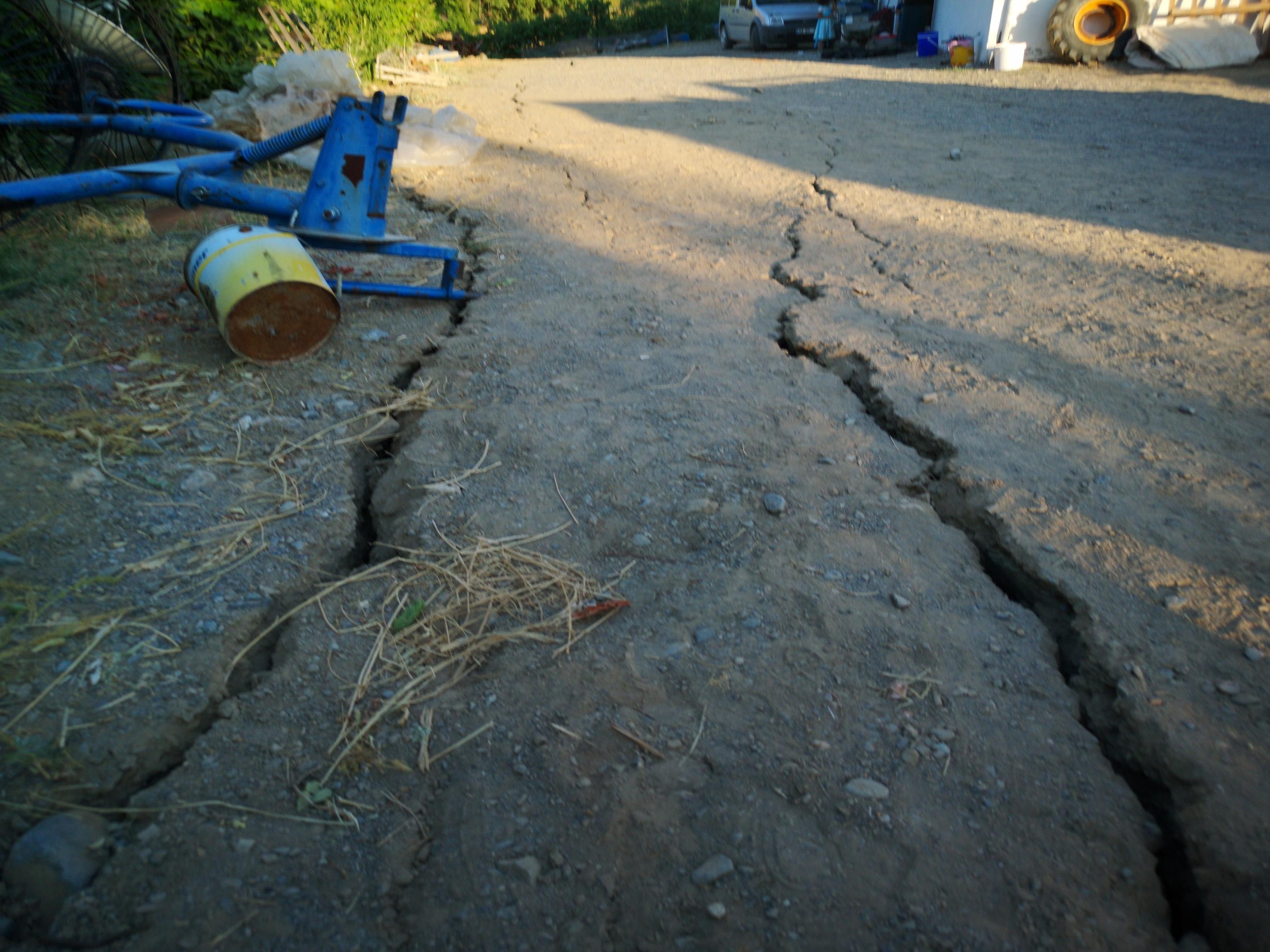 5-2lik-depremden-sonra-malatyada-derin-yariklar-olustu-6885-dhaphoto1.jpg