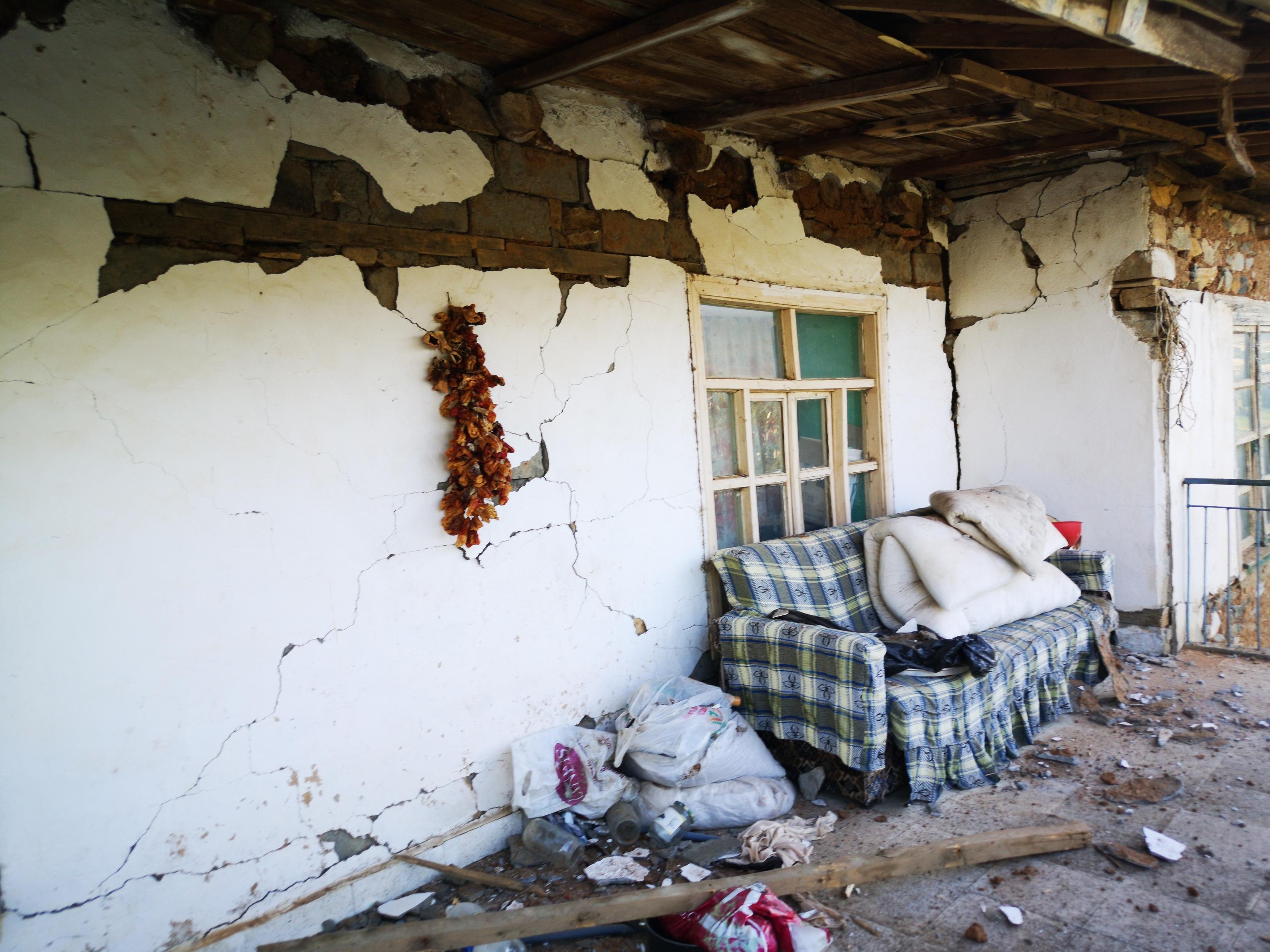 5-2lik-depremden-sonra-malatyada-derin-yariklar-olustu-6885-dhaphoto11.jpg