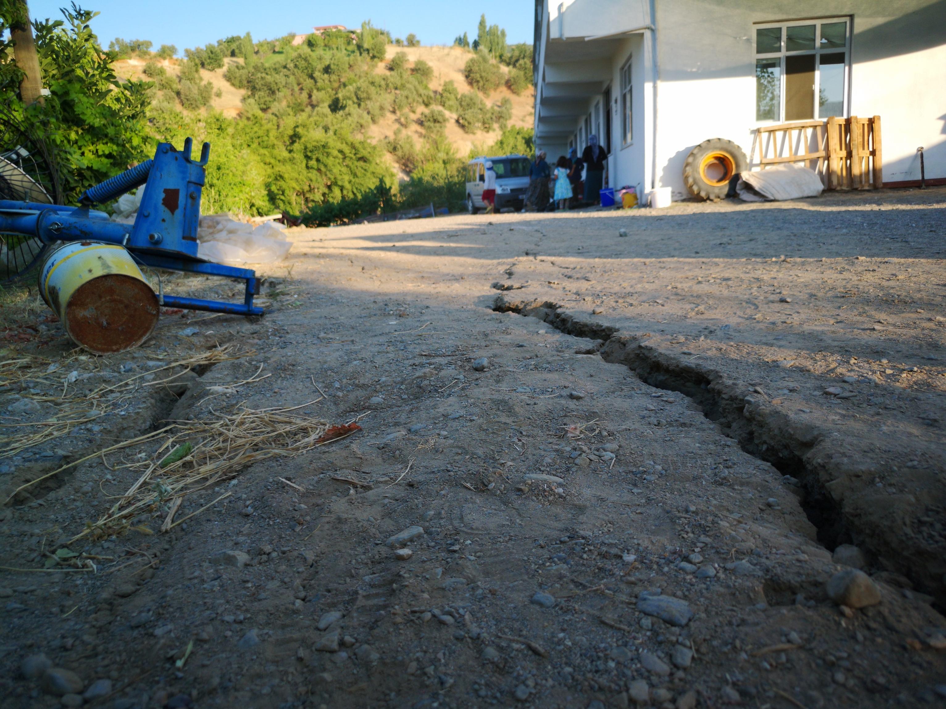 5-2lik-depremden-sonra-malatyada-derin-yariklar-olustu-6885-dhaphoto3.jpg