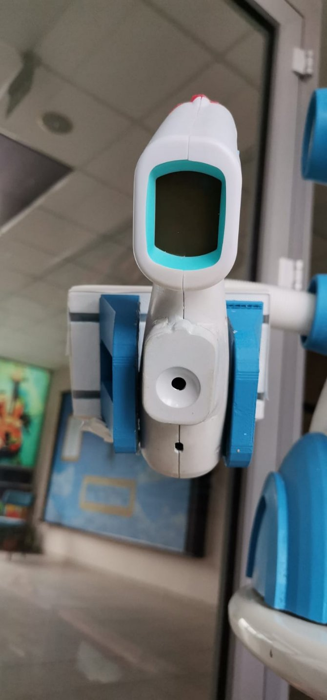 ates-olcup-dezenfektan-sikarak-maske-veren-robot-tasarladilar-6386-dhaphoto2.jpg